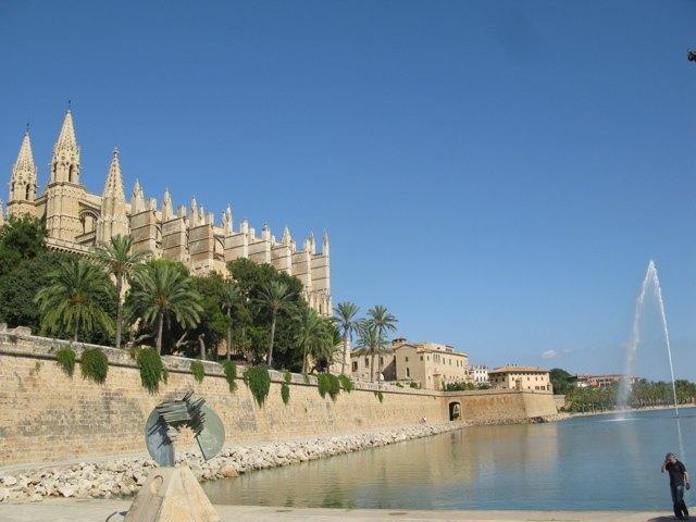 マヨルカの大聖堂。水辺に映る大聖堂としてよく知られています。