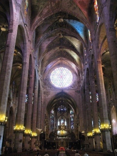 大聖堂の内部。