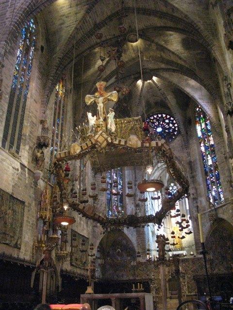 ガウディがデザインを加えた祭壇。