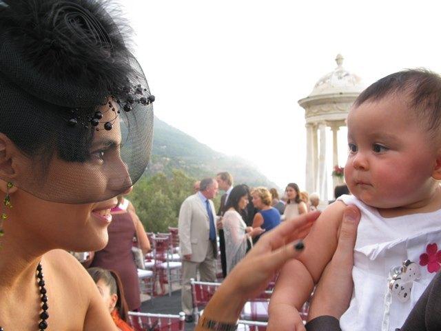 結婚式の会場は海が見える山の中腹。式のちょっと前に、娘と娘を可愛がってくれた女性の写真を撮りました。