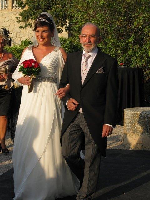 父親と一緒に入場する花嫁。