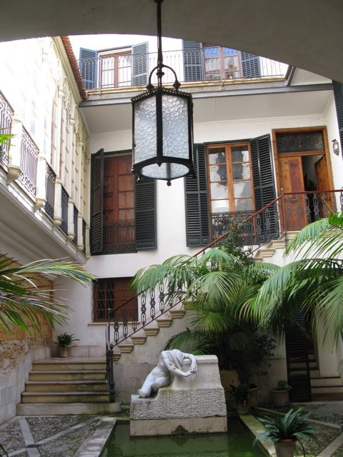 J. Torrents Lladóの自宅兼美術館の入口。