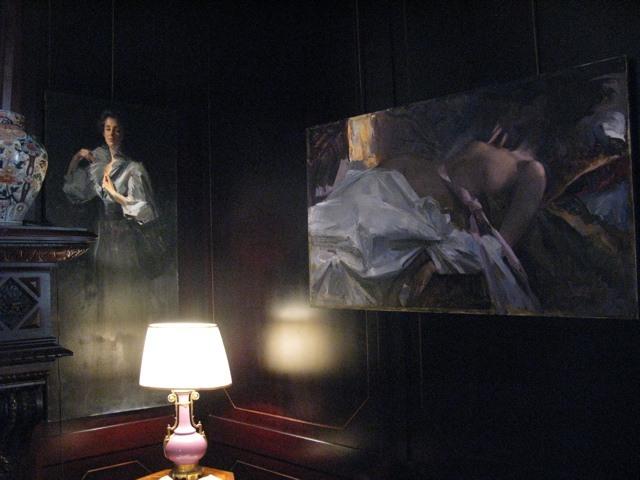 落ち着いた色調の家に、暗いながらも輝きのある彼の絵がよく合っていました。