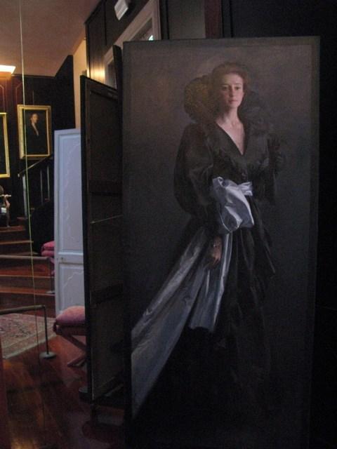 アトリエの中。木目の床と天井まで届く鏡の壁。その中に、昔見た絵の数々がありました。