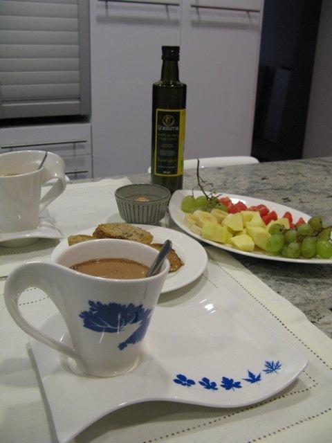 週末の朝食の様子。中央に見えるのがオリーブオイルの瓶です。