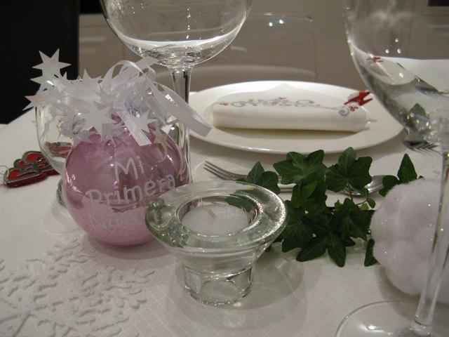 """夫の叔母さんがかおりにくれたクリスマスの飾り用ボール。""""Mi primera navidad (My first Christmas)""""と書いてあります。"""