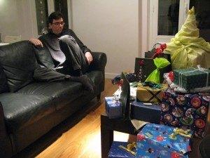 家族でのプレゼントを開ける前。大量のプレゼントを目の前に、疲れで寝てしまいそうな夫・・・。
