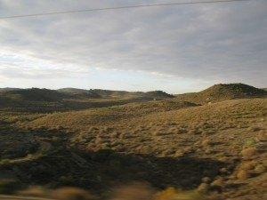 陽が昇るにつれて刻々と変化する景色。車窓から。