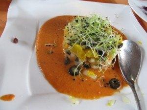 魚介のサラダがサルモレホ(Salmorejo)というアンダルシア風冷静スープに載ってサーブされました。これをフュージョンというのはちょっと行き過ぎだと思いましたが(笑)