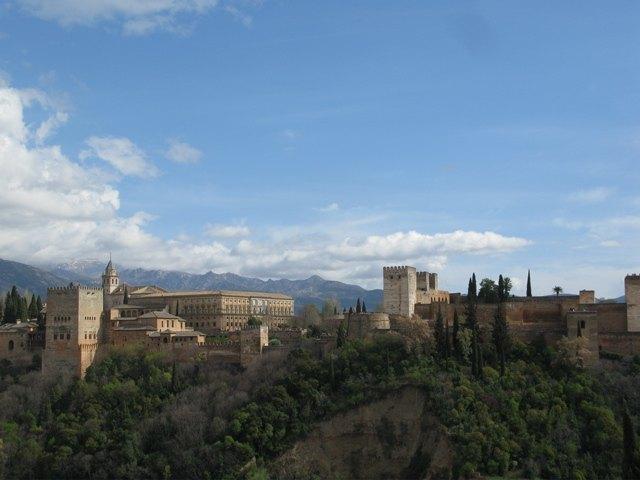 高台から望むアルハンブラ宮殿。