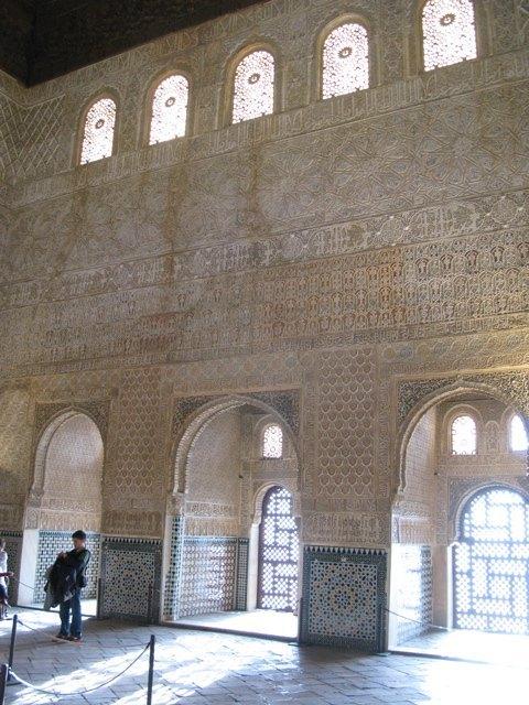美しい彫刻が壁一面を覆っています。