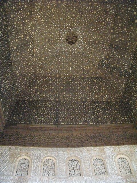 そして、もちろん天井まで続いています。満天の星のようです。