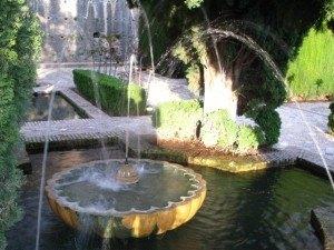 アルハンブラ宮殿の中の噴水。この形もいかにもアラブ風です。