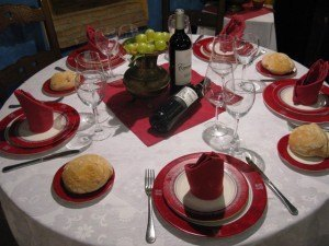 友人の旦那さんお薦めのレストランLa Corrala del Carbónにて。テーブルセッティングも柘榴の色でした。