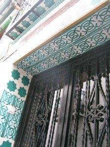 イスラム文化の影響が強いこの地では、イスラム色の緑と黒の組み合わせをよく目にします。