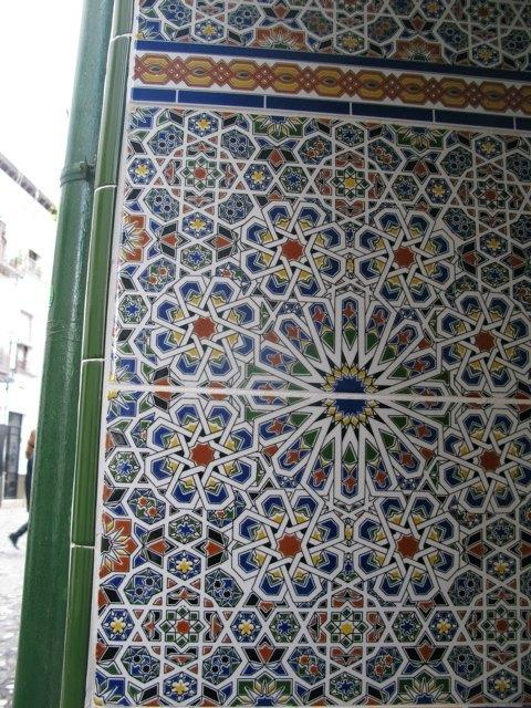 グラナダで印象に残ったタイルの一つ。この模様はまさにイスラム文化。