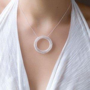 イスラエルの女性が販売するシルバーのネックレス。これも手作りです。