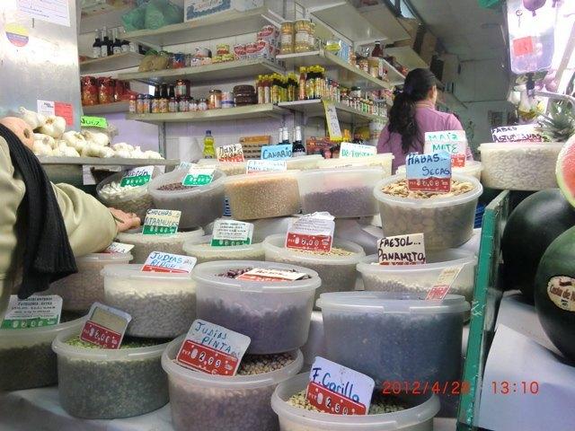 スペインには豆料理がたくさんありますが、市場でもご覧の通り、沢山のお豆が売られています。