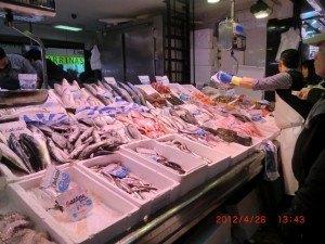 魚屋で並んでいる時の様子。