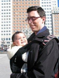 お買い物に行く途中の娘。いつも夫の赤ちゃんリュックに収まっています。