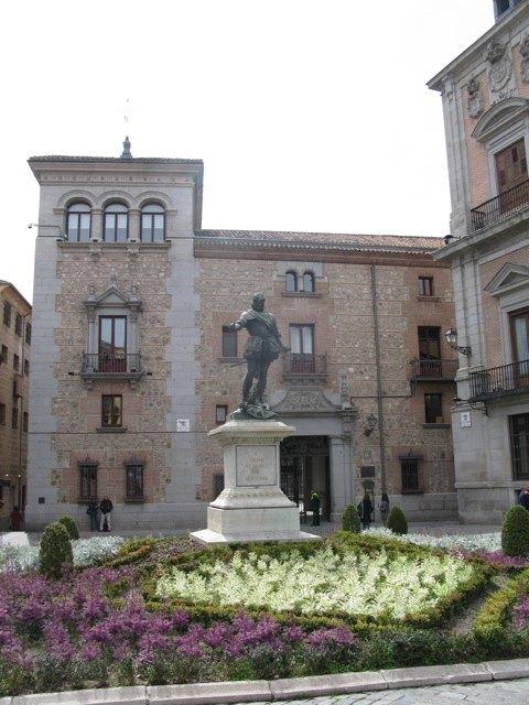 王宮近くの旧市街にある銅像。たくさんの石像や銅像がこの地域にはあります。