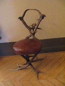 鹿の角を器用に組み合わせたこんな椅子が客間の入口にありました。