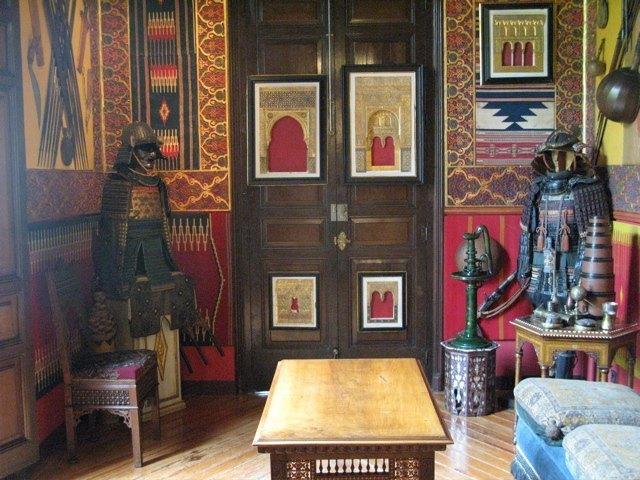 甲冑とアラブ文化の融合。斬新で、同時に美しい調和です。