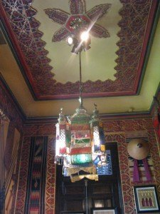 アラブ風の部屋。ライトや天井の模様も本場のモロッコの感じが漂います。