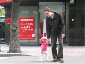 横断歩道を嬉しそうに渡る娘。