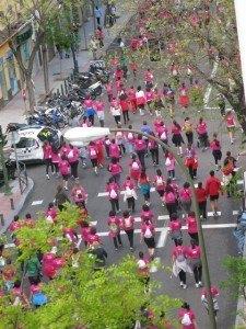 マラソンではありませんが、乳がんと闘う女性を応援するという趣旨の10kmウォーキングも開催されました。参加者は全て女性。我が家の前の通りがピンク色に染まった日でした。