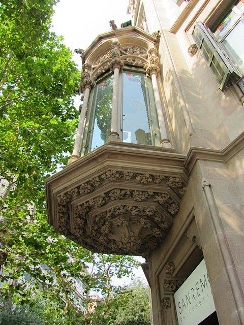 バルセロナのこう言った何気ない建物の装飾に、何とも言えないエレガンスを感じます。