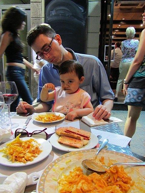 手前のお皿にあるのがウエボス・カブレアオス。卵が半熟状態で美味しかったです。