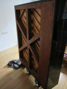 後ろから見たピアノ。X型の支柱が見えます。