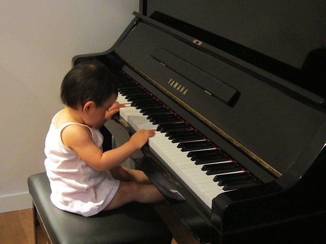 ピアノを弾く娘。