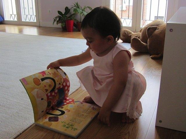 最近読書が大好きな娘。本棚から一人で本を取り出して読むようになりました。まだ戻すことは覚えていませんが。