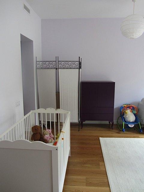 紫の箪笥には、友人からもらったお下がりの洋服を入れています。