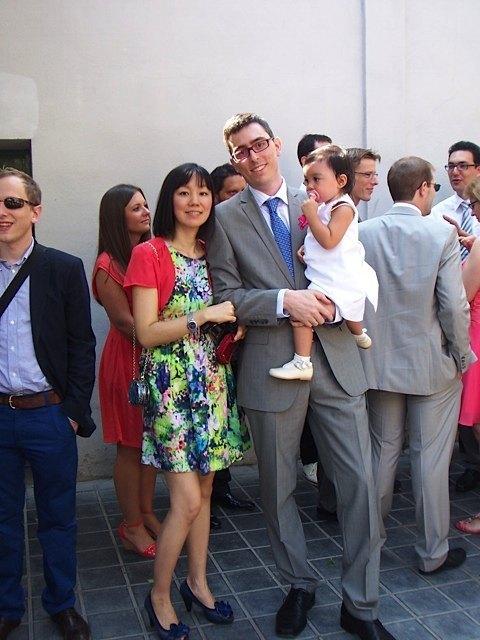 今回は、新婦の両親と義両親が友人同士ということで、彼らも披露宴に参加。お陰で、久々に私は夫と娘と一緒に写真を撮ることができました。貴重です!