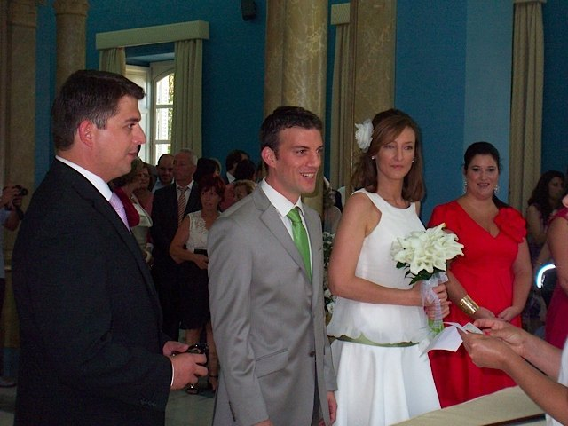 市役所での結婚式の様子。壁の青と柱の白のコントラストが素敵でした。