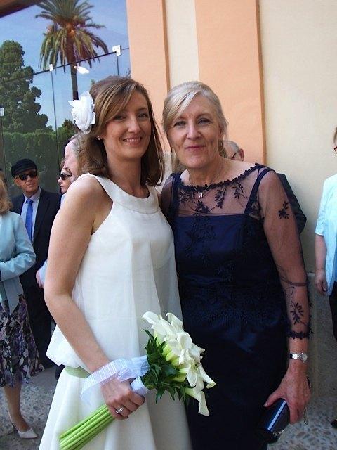 新婦Arianaと彼女のお母さん。お母さんはこの日の為に、ベルギーでレース入りのこのドレスを新調したとか。エレガントでした。