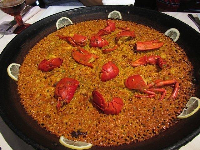 皆でいただいた本場のパエリヤ。鍋の底が見えそうな程薄く作るのと、炭で炊き上げるのが美味しいパエリヤの秘訣だとか。本当に美味しかったです。