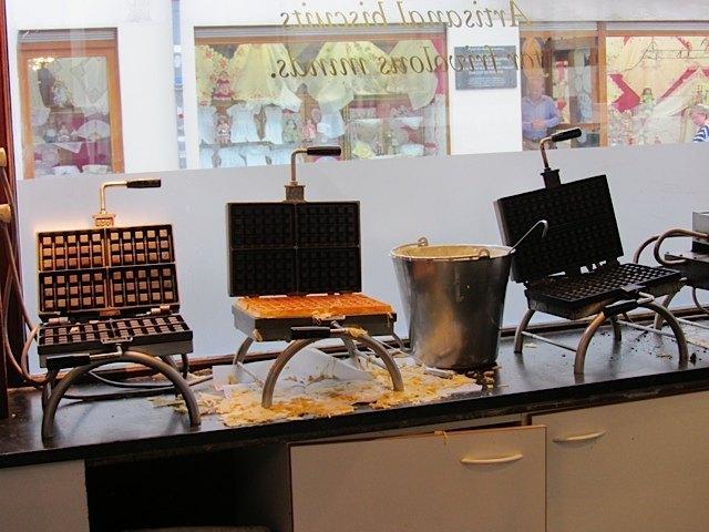 ワッフルを焼く機械。お店の人によると、一台2000ユーロ程度するとか。それでも買う人がいるらしいです。