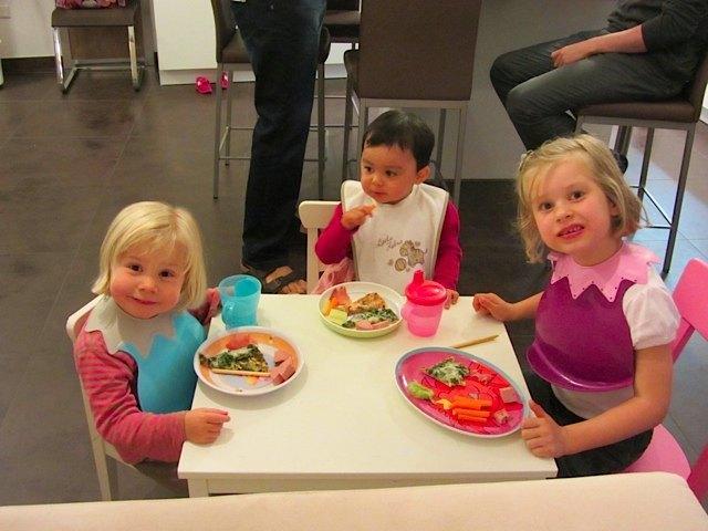 友人の家で。子供達は子供用テーブルで一緒に夕食です。友人の子供達はフランス語、ドイツ語を話しますが、かおりは自分の言葉で会話をしていました。