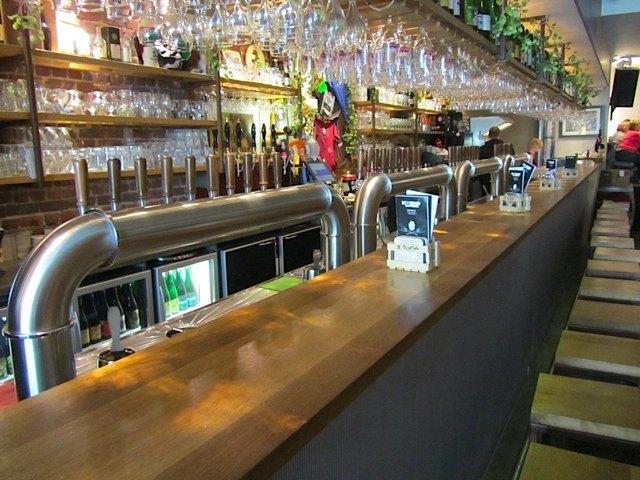 店内の様子。沢山の種類のビールグラスにも感嘆。