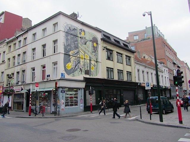色々な建物に現地では有名な漫画家の絵がありました。
