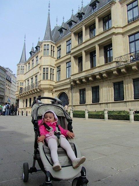 市街にある宮殿の前で。絢爛豪華な感じではありませんが、建物のデザインがすっきりしていて素敵でした。