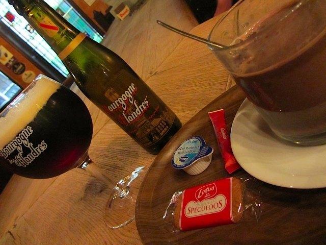 ホットチョコレートに添えられたスペクロースというスパイスの効いたクッキーもベルギー特産です。