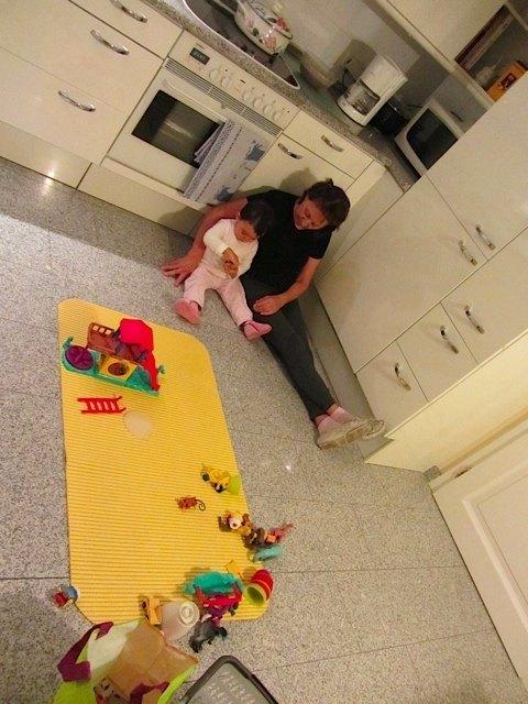 台所で沢山の時間を過ごしたので、おもちゃの場所もこの通り。