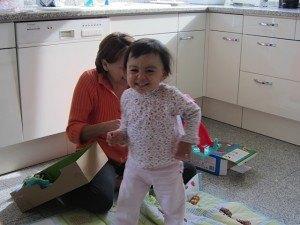 おもちゃに大喜びで台所を走り回る娘。