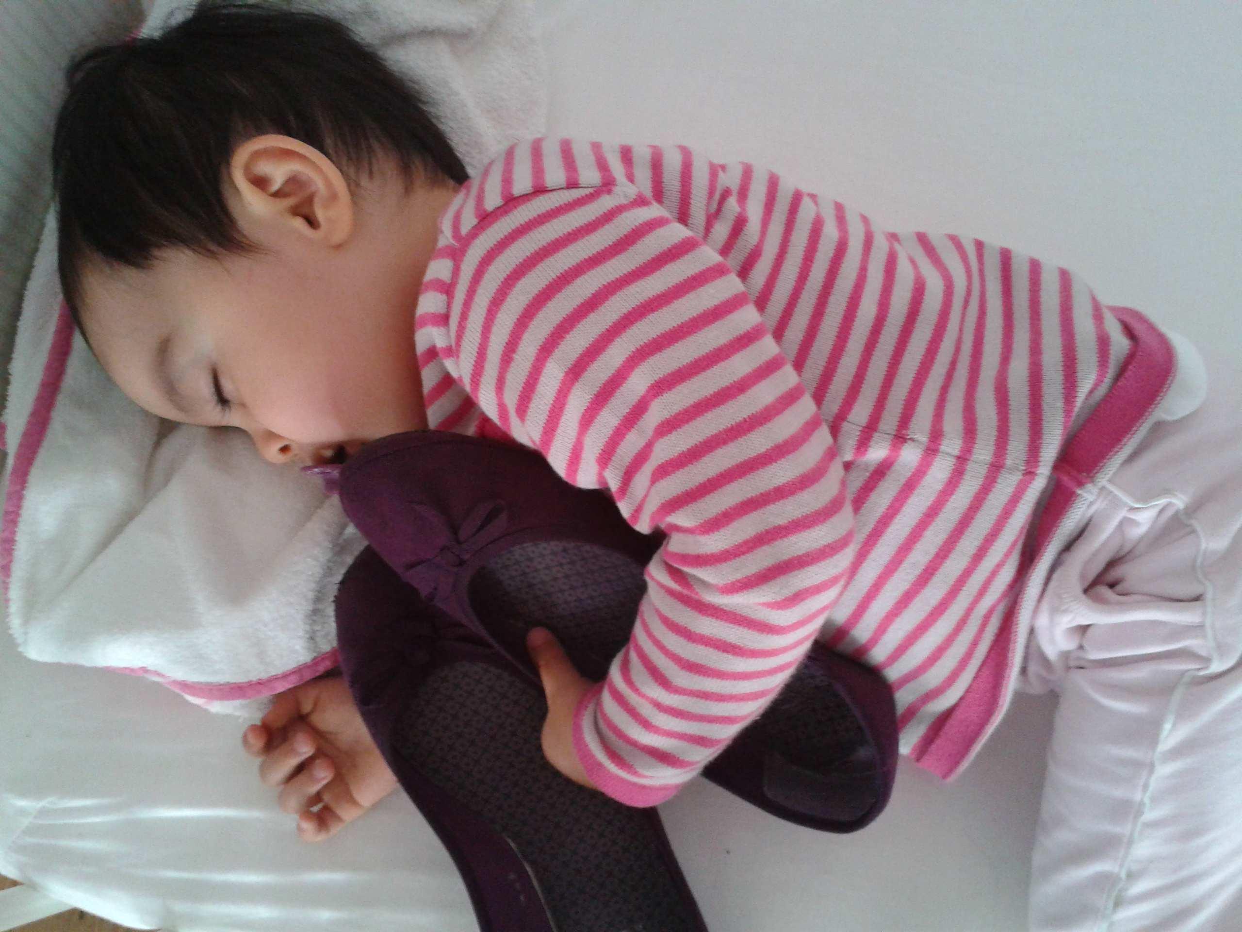 ディアナの靴が大好きな娘。ベビーベッドから手を伸ばして靴をとり、それを抱えたまま寝ていました。