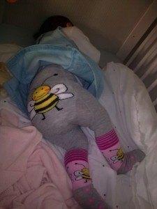 ディアナがプレゼントしてくれたタイツを履いてお昼寝中の娘。